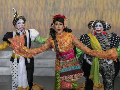 Pemain Teater Koma mementaskan Mahabarata di Kampus Tarumanegara Cilandak, Jakarta, Rabu (17/7/2019).Teater Koma akan kembali menggelar pentas Mahabarata pada 25 Juli-4 Agustus 2019 setelah sebelumnya menggelar Mahabarata: Asmara Raja Dewa pada November 2018. (Liputan6.com/Fery Pradolo)