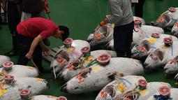 Aktivitas pelelangan ikan tuna pertama di pasar ikan Toyosu yang baru, pada hari pertama pembukaan di Tokyo, Kamis (11/9). Pasar ikan Toyosu menggantikan pasar ikan legendaris yang sudah mendunia, Pasar Tsukiji. (Toshifumi KITAMURA/AFP)