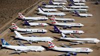 Pesawat tua milik British Airways Boeing 747-400s dan FedEx yang terparkir di gurun Victorville, California. Foto di ambil pada 13 Maret 2015. Industri penerbangan lebih memilih pesawat kecil dengan biaya lebih kecil. (REUTERS/Lucy Nicholson)