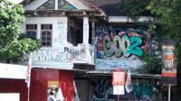 Sebuah rumah kosong terbengkalai di kawasan Selokan Mataram, Jalan Affandi, Gejayan Depok Sleman, Daerah Istimewa Yogyakarta ini kerap diduga berhantu. (dok. Evi Nur Afiah)