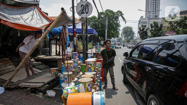 Pedagang bedug melayani pembeli di jalan KH Mas Mansyur, Tanah Abang, Jakarta, Senin (10/6/2021). Menjelang Idul Fitri 1442 H, pedagang bedug di sepanjang jalan itu mulai ramai menjajakan dagangannya dari harga 40 ribu - Rp 2,5 juta tergantung jenis, bahan dan ukuran. (Liputan6.com/Faizal Fanani)