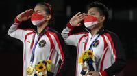 Hasil ini membuat Greysia Polii dan Apriyani Rahayu mencetak sejarah baru bagi Indonesia, yaitu pasangan ganda putri pertama yang mampu sabet medali emas di ajang Olimpiade dan emas pertama untuk Indonesia di ajang Olimpiade Tokyo 2020. (Foto: AP/Alexander Nemenov)