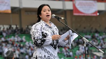 MenkoPMK Puan Maharani memberikan sambutan di Hari Guru Nasional dan Puncak Acara Hut PGRI ke 70 di SUGBK, Jakarta, Minggu (13/12/2015). Puan menegaskan pemerintah tidak memiliki rencana menghapus tunjangan profesi para guru.. (Liputan6.com/Johan Tallo)