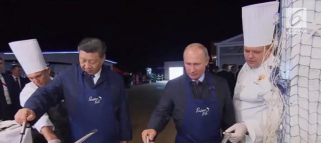 Presiden Rusia Vladimir Putin dan Presiden China Xi Jinping melakukan aksi masak pancake bersama di sela-sela pertemuan ekonomi.