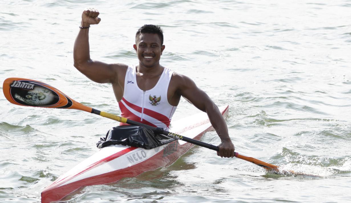 Atlet canoe Indonesia, Maizir Ryondra, melakukan selebrasi usai tampil pada nomor 1000 meter SEA Games 2019 di Subic, Filipina, Jumat (6/12). Dirinya berhasil meraih medali emas dengan catatan waktu 3 menit 55,841 detik. (Bola.com/M Iqbal Ichsan)