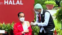 Jokowi mendapat suntikan dosis kedua vaksin Sinovac. (Tangkapan Layar Youtube Sekretariat Presiden)