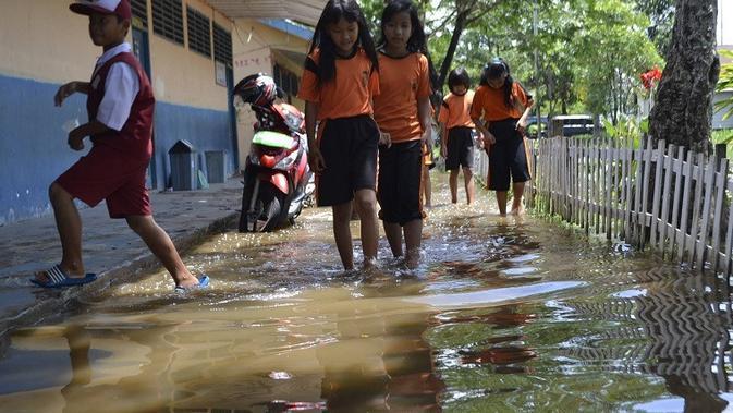 Salah satu sekolah di Palembang tergenang banjir karena saluran drainase yang buruk (Liputan6.com / Nefri Inge)