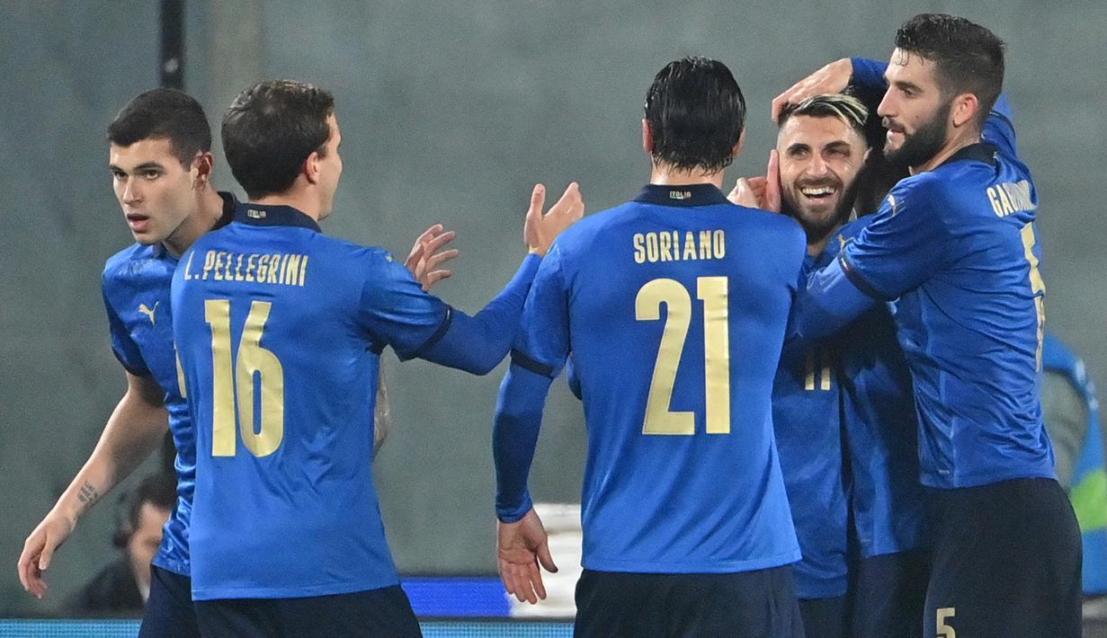 Pemain Italia merayakan gol yang dicetak Vincenzo Grifo ke gawang Estonia pada laga uji coba di Stadion Artemino Franchi, Kamis (12/11/2020) dini hari WIB. Italia menang 4-0 atas Estonia. (AFP/Alberto Pizzoli)