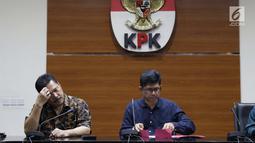 Jamintel, Jan S Maringka (kiri) bersama Wakil Ketua KPK, La Ode Muhammad Syarif memberi keterangan terkait OTT dua orang jaksa di Gedung KPK, Jakarta, Sabtu (26/6/2019). Dalam OTT, KPK menyita uang 20.874 dolar Singapura, 700 USD dan Rp 200 juta dari lima tersangka. (Liputan6.com/Helmi Fithriansyah)