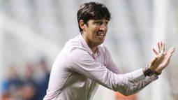 Andoni Iraola menjadi pelatih termuda Liga Spanyol musim ini, yaitu 39 tahun. Ia mampu membawa Rayo Vallecano menuju kasta utama Liga Spanyol. Bahkan, mereka mampu menempati urutan keenam klasemen sementara. (AFP/Nicos Savvides)