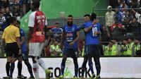 Pemain Arema FC merayakan gol Dedik Setiawan ke gawang Persipura Jayapura di Stadion Gajayana, Malang, Kamis (4/7/2019). (Bola.com/Iwan Setiawan).