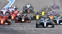 Pembalap Mercedes Lewis Hamilton (dua dari kanan) menguasai GP Prancis pada ajang Formula One (F1) sejak awal balapan di Sircuit Paul Ricard, Minggu (23/6/2019). (AFP/Gerard Julien)