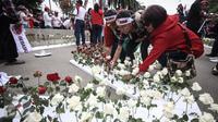 Massa menancap bunga mawar merah dan putih di sterofoam yang dijejerkan di depan Kementerian Pertanian, Jakarta, Selasa (9/5). Aksi itu diartikan sebagai bentuk rasa cinta pendukung kepada Basuki Tjahaja Purnama atau Ahok. (Liputan6.com/Faizal Fanani)