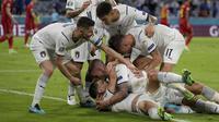 Pemain Italia melakukan selebrasi setelah gol pertama mereka ketika Perempatfinal Euro 2020 melawan Belgia yang berlangsung di Allianz Arena, Jerman pada Jumat (02/06/2021). (AP/Pool/Matthias Schrader)