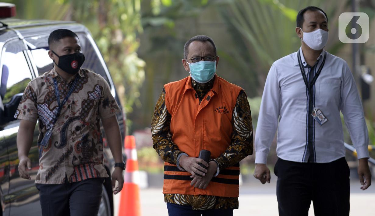 Mantan Sekretaris MA Nurhadi (tengah) saat akan menjalani pemeriksaan penyidik di Gedung KPK, Jakarta, Selasa (30/6/2020). Nurhadi diperiksa sebagai saksi untuk tersangka Direktur MIT Hiendra Soenjoto terkait dugaan suap gratifikasi pengurusan perkara di MA Tahun 2011-2016. (merdeka.com/Dwi Narwoko)