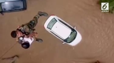 Upaya penyelamatan dramatis yang dilakukan angkatan udara India. Balita ini diselamatkan dari permukiman yang terendam banjir menggunakan helikopter.
