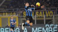 Pemain Inter Milan Lautaro Martinez mengontrol bola saat laga melawan AS Roma pada pertandingan Serie A di Stadion San Siro, Milan, Italia, Jumat (6/12/2019). Inter Milan masih memuncaki klasemen sementara Serie A usai ditahan imbang AS Roma 0-0. (AP Photo/Luca Bruno)