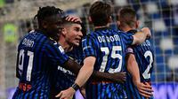 Para pemain Atalanta merayakan gol penyeimbang 1-1 ke gawang Juventus yang dicetak gelandang Ruslan Malinovskyi (tengah) dalam laga final Coppa Italia 2020/2021 di Mapei Stadium, Rabu (19/5/2021). Atalanta kalah 1-2 dari Juventus. (AFP/Miguel Medina)