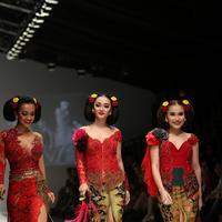 Berbalut busana rancangan Anne Avantie yang dominan berwarna merah dipadu dengan rok kebaya dengan belahan tinggi. Mereka melenggang kemayu di atas panggung.  (Andy Masela/Bintang.com)