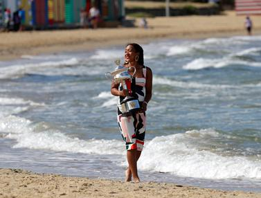 Juarai Australia Terbuka, Naomi Osaka Pamer Trofi di Pantai Melbourne