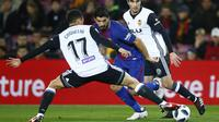 Striker Barcelona, Luis suarez, berusaha melewati pemain Valencia pada laga leg pertama semifinal Copa Del Rey di Stadion Camp Nou, Jumat (2/2/2018). Barcelona menang 1-0 atas Valencia. (AP/Manu Fernandez)