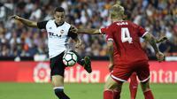 Striker Valencia, Rodrigo Moreno, mengontrol bola saat pertandingan melawan Sevilla pada laga La Liga Spanyol di Stadion Mestalla, Sabtu (21/10/2017). Valencia menang 4-0 atas Sevilla. (AFP/Jose Jordan)