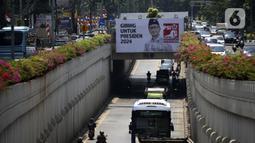 """Baliho Plt Ketua Umum Partai Solidaritas Indonesia Giring Ganesha bertuliskan """"Giring Untuk Presiden 2024"""" terpampang di Jalan Arteri Pondok Indah, Jakarta, Kamis (27/8/2020). Giring menyatakan siap bertarung dalam pemilihan presiden (pilpres) 2024. (Liputan6.com/Johan Tallo)"""
