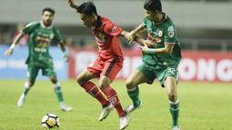 Gelandang PSS Sleman, Dave Mustanie, berusaha merebut bola saat melawan Semen Padang pada laga Liga 2 di Stadion Pakansari, Jawa Barat, Selasa (4/12). PSS menang 2-0 atas Semen Padang. (Bola.com/M. Iqbal Ichsan)