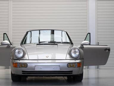 Mobil Porsche 911 Type 964 Carrera 2 Convertible Works Tubro Look milik mendiang Diego Maradona dipamerkan menjelang pelelangannya oleh Bonhams di Vichte, Belgia, Rabu (24/2/2021). Ini akan menjadi pertama kalinya mobil legendaris sepak bola itu dilelang. (BENOIT DOPPAGNE/Belga/AFP)