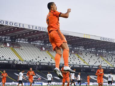 Striker Juventus, Cristiano Ronaldo, melakukan selebrasi usai mencetak gol ke gawang Spezia pada laga Liga Italia di Stadion Dino Manuzzi, Minggu (1/11/2020). Juventus menang dengan skor 4-1. (Massimo Paolone/LaPresse via AP)