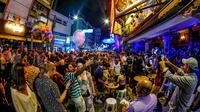 Suasana malam di Khao San Road, Thailand.