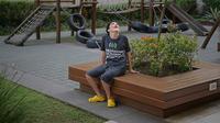Gabriel Guerra yang menderita autisme parah dan cerebral palsy berpose di Rio de Janeiro, Brasil, 20 September 2021. Gabriel diberitahu pada usia dini bahwa dia tidak akan pernah bisa bergerak, tetapi ganja obat telah menghentikan kejangnya dan membuatnya bisa berjalan. (CARL DE SOUZA/AFP)