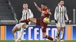 Gelandang Juventus, Dejan Kulusevski berebut bola dengan gelandang AS Roma, Jordan Veretout pada pekan ke-21 Liga Italia di Allianz Stadium, Minggu dinihari WIB (7/2/2021). Kemenangan Juventus 2-0 ditentukan Cristiano Ronaldo dan gol bunuh diri bek Roma, Roger Ibanez. (Marco Alpozzi/LaPresse via AP)