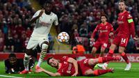 The Reds tampil menekan sejak awal babak pertama. Pada menit ke-9, Mohamed Salah mencoba melepaskan umpan silang, namun membentur badan Fikayo Tomori (kiri atas) dan berubah menjadi gol. (Foto: AFP/Paul Ellis)
