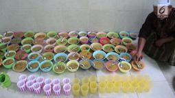 Pengurus Masjid Pekojan menyiapkan bubur India untuk menu buka puasa di serambi masjid, Semarang, Jawa Tengah, Kamis (17/5 ). Selain masyarakat sekitar, menu bubur India ini juga bisa dinikmati oleh para musafir. (Liputan6.com/Gholib)