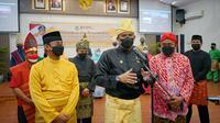 Bobby Nasution mengenakan pakaian adat Melayu lengkap dengan Tanjak berwarna kuning dipadukan sarung warna kuning pula, plus teluk belanga berwarna hitam