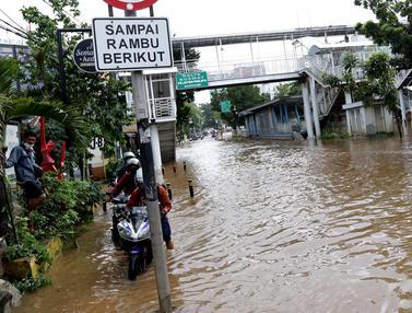 FOTO: Banjir, Arus Lalu Lintas di Jalan Warung Buncit Raya Terputus