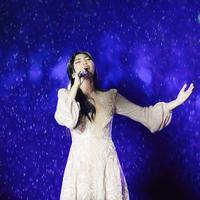 Isyana juga terkadang tampil anggun di atas panggung. Menggunakan dress berwarna putih, penampilan gadis berusia 26 tahun ini saat Closing Asian Games 2018 begitu memukau di tengah rintik air hujan. Ia bernyanyi dengan penuh penghayatan. (Liputan6.com/IG/@isyanasarasvati)