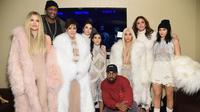 Khloe Kardashian, Lamar Odom, Kris Jenner, Kendall Jenner, Kourtney Kardashian, Kanye West, Kim Kardashian, Caitlin Jenner dan Kylie Jenner berfoto bersama pada ajang Yeezy Season 3 di New York, Kamis (11/2) (Jamie McCarthy/Getty Images/AFP)
