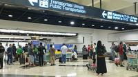 Pengelola Bandara Internasional Soekarno Hatta Kota Tangerang, memprediksi hari ini memasuki puncak arus mudik Lebaran 2019. Kenaikan penumpang pun diprediksi naik 3 sampai 5 persen untuk hari ini saja. (Liputan6/Pramita)
