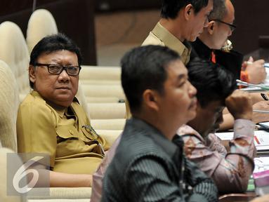Menteri Dalam Negeri Tjahjo Kumolo saat menggelar rapat kerja dengan Komisi II DPR, di Kompleks Parlemen, Senayan, Jakarta, Senin (29/2). Rapat tersebut membahas revisi Undang-Undang Nomor 8 Tahun 2015 tentang Pilkada. (Liputan6.com/Johan Tallo)