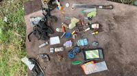 Sejumlah barang yang didapati aparat dari salah satu anggota MIT yang tewas setelah baku tembak dengan petugas keamanan di Kabupaten Parigi Moutong, Sabtu (17/7/2021). (Foto: Dokumentasi Satgas Madago Raya).