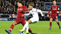 Penyerang Paris Saint-Germain, Neymar, saat coba melewati kawalan bek Liverpool, Vigil van Dijk, pada laga kelima Grup C Liga Champions, di Parc des Princes, Rabu (28/11/2018). (AFP/Bertrand Guay)