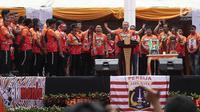 Ketua Umum The Jakmania, Tauhid Indrasjarief alias Bung Ferry memberi sambutan saat acara penyerahan piala Liga I di Balai Kota, Jakarta, Sabtu (15/12). (Liputan6.com/Herman Zakharia)