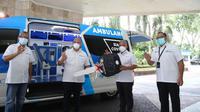 Simbolis penyerahan bantuan mobil Ambulance Siaga Covid19 oleh U Saefudin Noer (Dirut Pelindo 3) kepada Abdul Rofid Fanani (Dirut PHC).