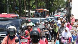 Kepadatan arus lalu lintas di jalan Harsono RM menuju kawasan Kebun Binatang Ragunan, Jakarta, Minggu (30/12). Libur panjang jelang pergantian tahun dimanfaatkan warga untuk berlibur di kawasan Kebun Binatang Ragunan. (Liputan6.com/Helmi Fithriansyah)