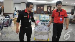 Petugas memerlukan troli untuk mengangkut berkas barang bukti dari pihak termohon untuk sidang perkara Pilpres Tahun 2014, di Gedung MK, Jakarta, Senin (18/8/2014) (Liputan6.com/Herman Zakharia)
