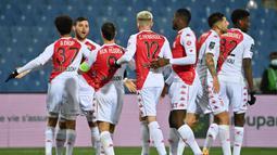 Striker AS Monaco, Kevin Volland (kedua dari kiri) melakukan selebrasi usai mencetak gol pertama timnya ke gawang Montpellier dalam laga lanjutan Liga Prancis 2020/21 pekan ke-20 di Mosson Stadium, Montpellier, Jumat (15/1/2021). AS Monaco menang 3-2 atas Montpellier. (AFP/Pascal Guyot)