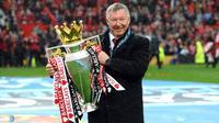 Sir Alex Ferguson Memegang Tropi Liga Premier Inggris. (AFP/Andrew Yates)