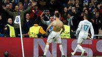 Striker Real Madrid Cristiano Ronaldo merayakan gol usai membobol gawang Juventus lewat tendangan penalti di petandingan Liga Champions di stadion Santiago Bernabeu, Madrid (11/4). Gol Ronaldo membawa timnya melaju ke semifinal. (AP Photo/Francisco Seco)